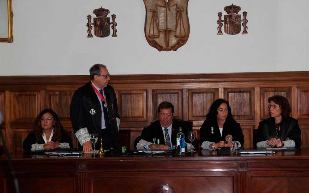 El fiscal jefe, Jesús Gargallo, durante su discurso. A su izquierda, Fermín Hernández, presidente de la Audiencia de Teruel./ Valentín Carnicer Delgado