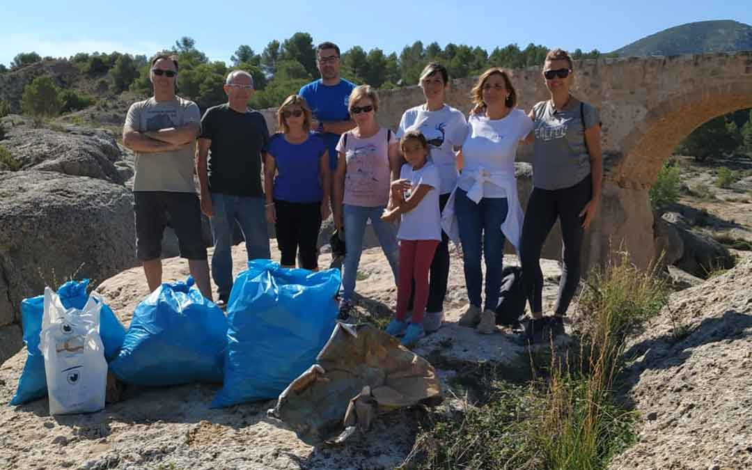Los participantes en la recogida de basura en el río Bergantes llevada a cabo el pasado sábado.