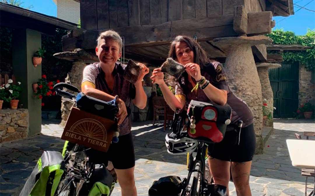 Ana y Edurne en su viaje a Posada de Rengos (Asturias)./ bielaytierra