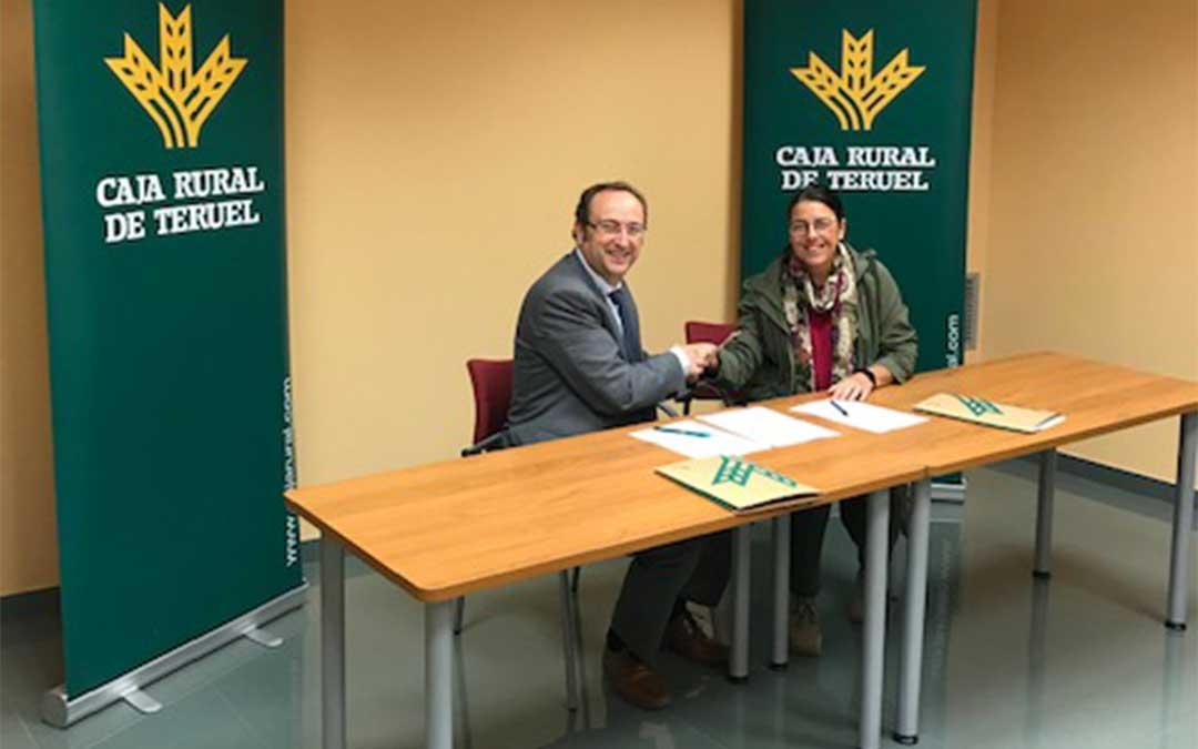 El director de Zona Bajo Aragón de Caja Rural de Teruel, Emilio Mallén Ibáñez, y por la presidenta de la Asociación de Turismo del Bajo Aragón, Montse Thomson Gracia.