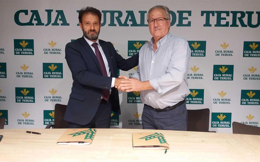 Ramón Navarro, presidente del Club y Juan Mangas Juderías, en nombre y representación de Caja Rural de Teruel,./ Caja Rural