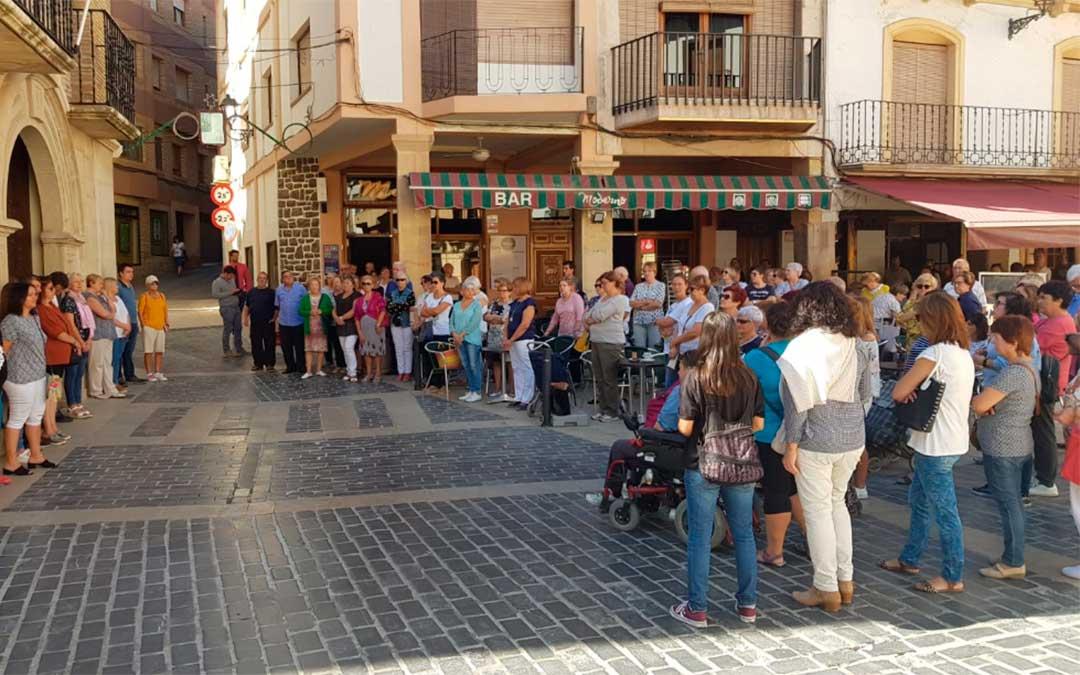 Los vecinos de Calanda reunidos por la España vaciada.