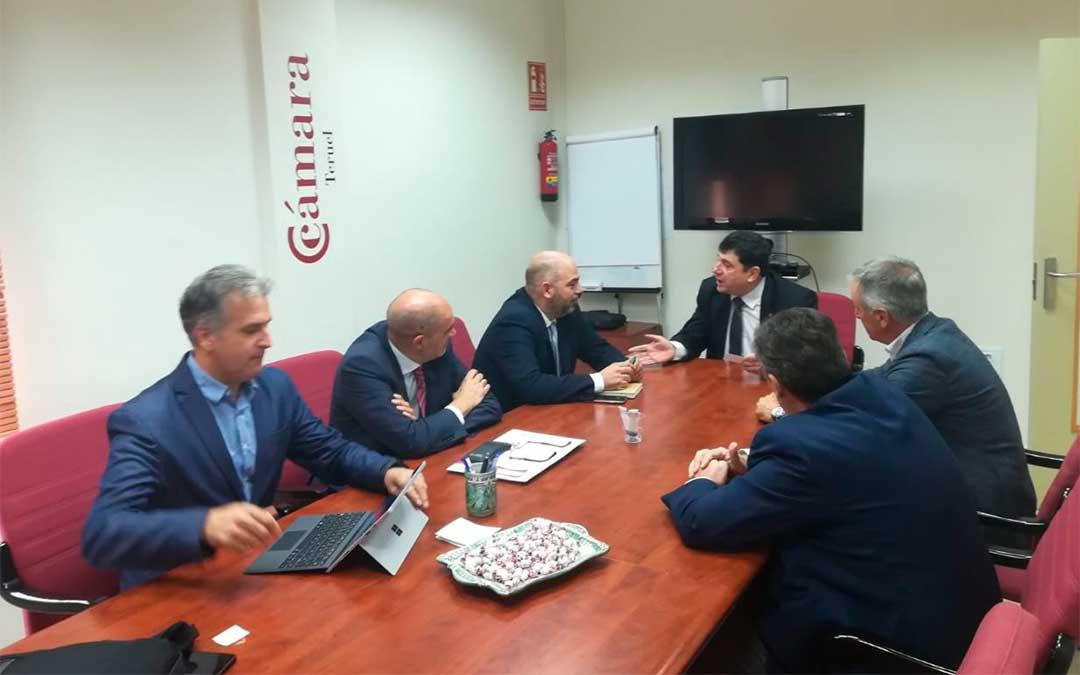 Los presidentes de las Cámaras de Tortosa y Teruel, así como representantes de ambas instituciones, el lunes en Alcañiz./ L. Castel