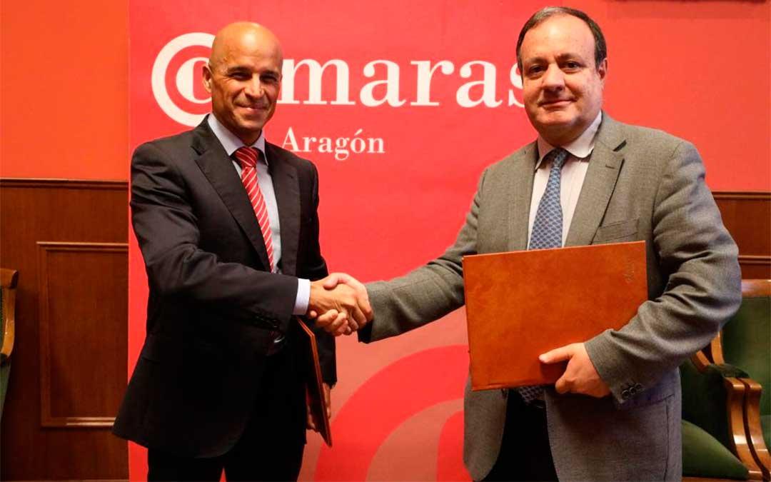 Santiago Abad y José Miguel Sánchez, tras la firma del convenio. / Consejo Aragonés de Cámaras