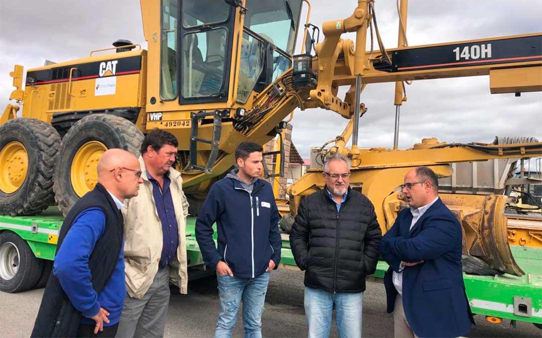 Alberto Izquierdo (derecha) y José Sancho (segundo por la izquierda), con responsables de Tragsa en una visita para conocer la maquinaria./ DPT