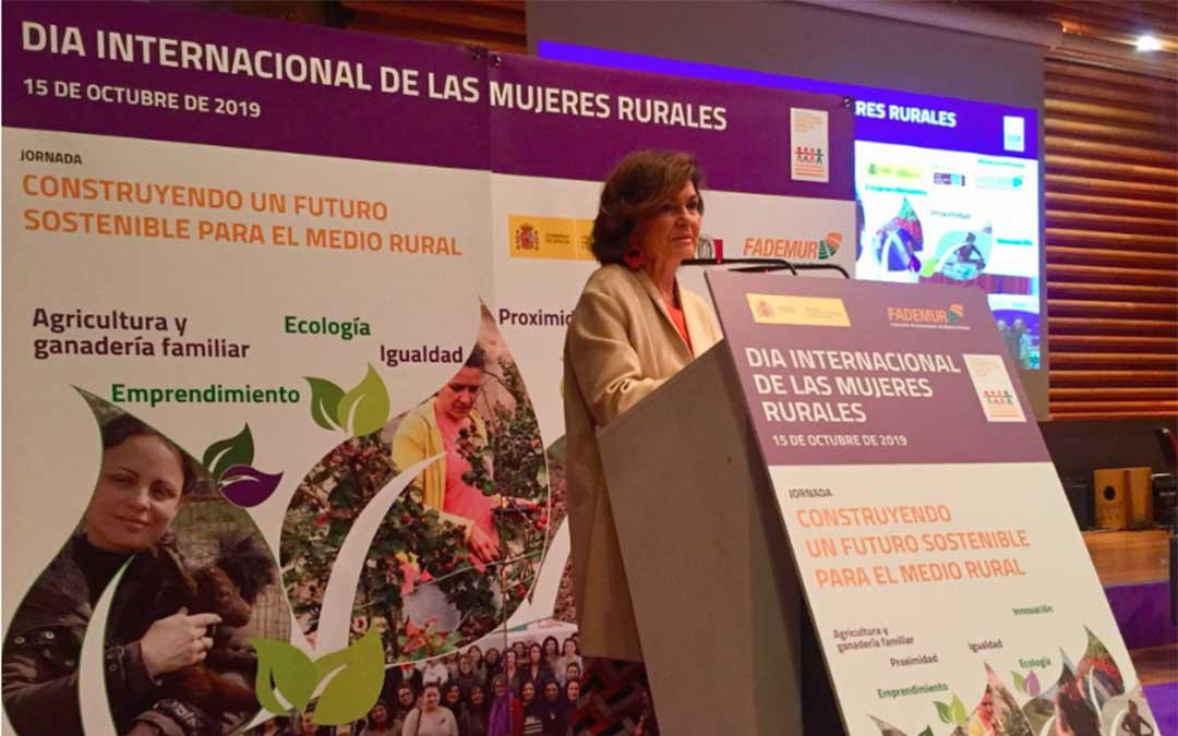 La vicepresidenta del Gobierno en funciones, Carmen Calvo, ha inaugurado la jornada de FADEMUR con motivo del Día Internacional de la Mujer Rural./ Twitter FADEMUR