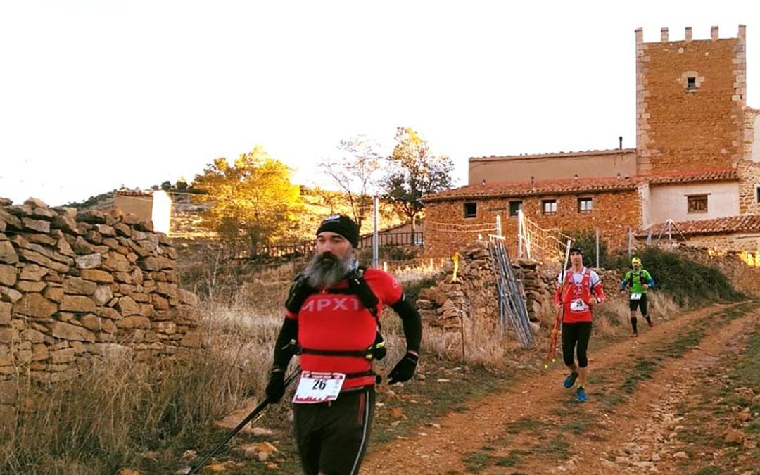 Participantes de la Maestrail de este año a su paso por la masía de Torre Montesanto cercana a la localidad de Villarluengo