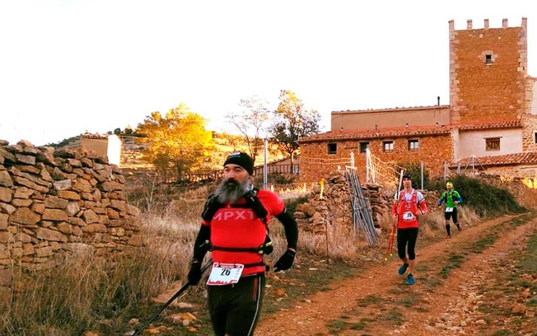 Participantes a su paso por la masía de Torre Montesanto cercana a la localidad de Villarluengo