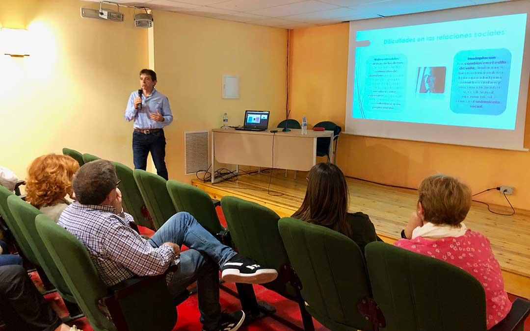 El psicólogo voluntario Juan Manuel Moreno durante la charla de este jueves.