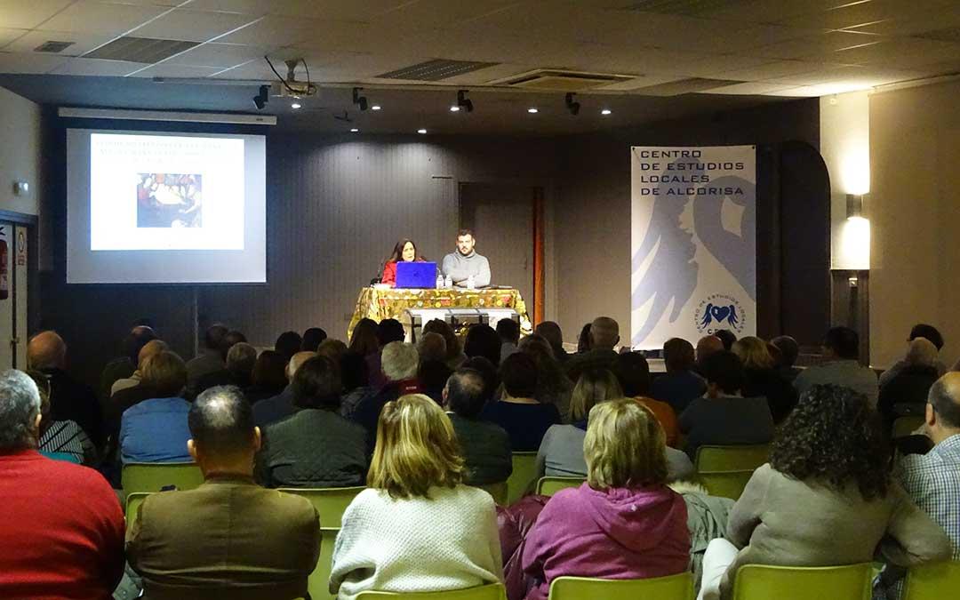 Una de las charlas que se impartieron en la anterior edición de estos encuentros, en la que aparecen el presidente de la asociación, Óscar Librado, y Paula Revenga, profesora de Historia del Arte.