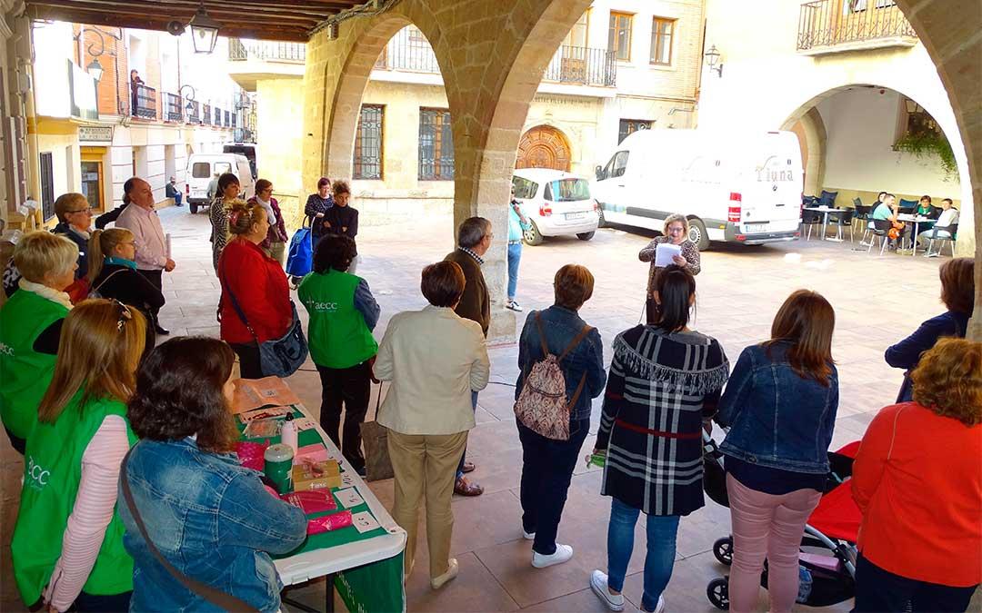 Vecinas de Alcorisa se han acercado hasta la mesa informativa de AECC localizada en la plaza de la casa consistorial./ Ayto. de Alcorisa