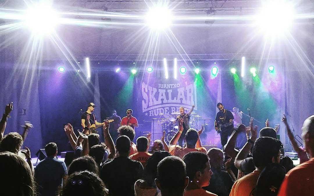 Juantxo Skalari y la Rude Band durante su actuación en Caspe, el pasado sábado por la noche en el pabellón municipal.