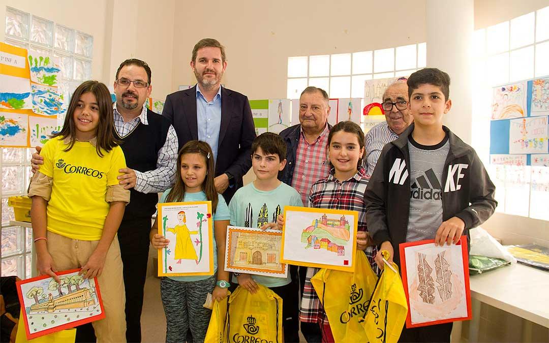 A la izquierda, de amarillo, la ganadora del concurso Telma Thomson Castelló./ Ayuntamiento de Alcañiz