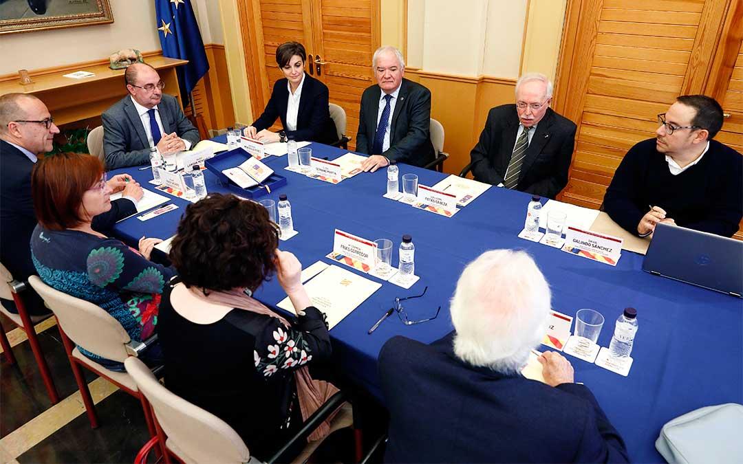 Javier Lambán preside la reunión del Consejo Asesor para la Enseñanza de la Historia./ DGA