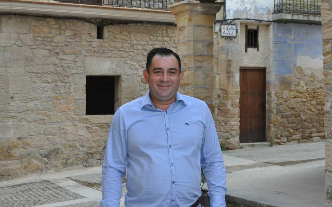 El alcalde de Ráfales, Jose Ramón Arrufat junto a los característicos porches de la plaza de la localidad.