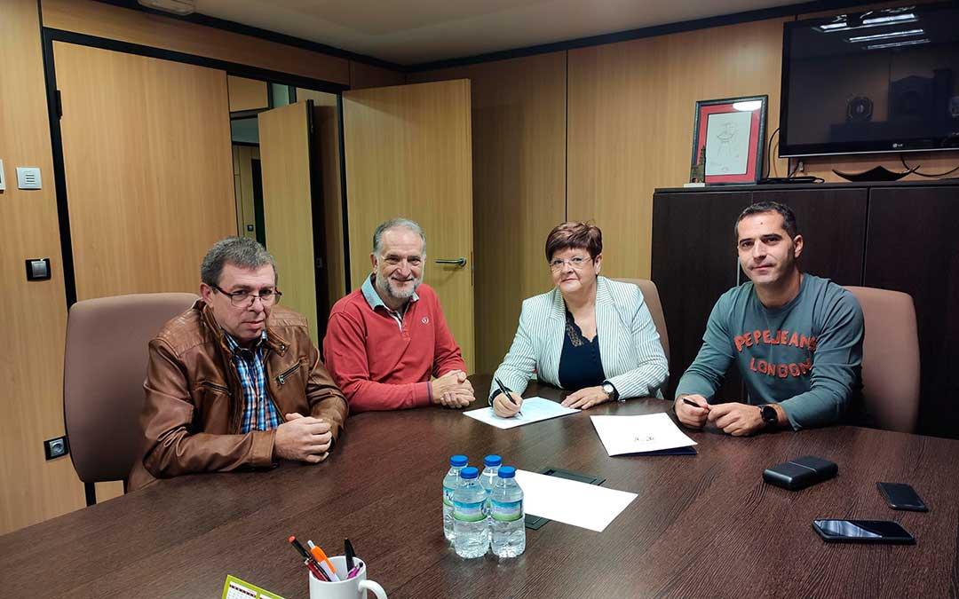 Representantes municipales de Caspe junto al presidente de ASADICC en el momento de la firma del convenio.