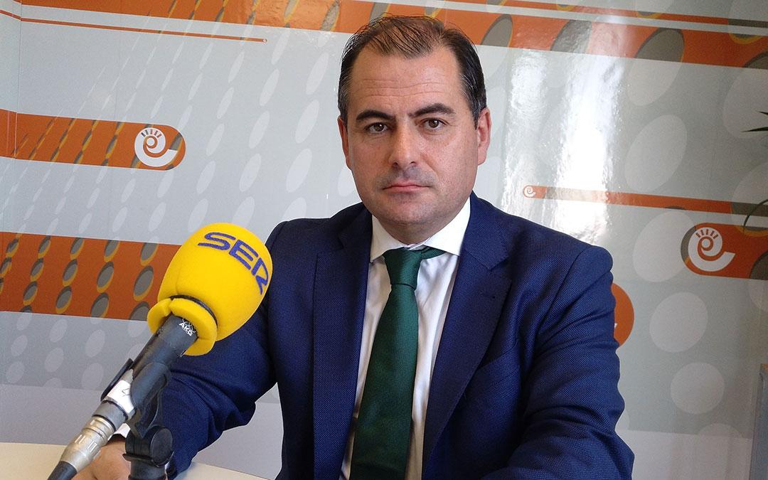 David Gutiérrez, director general de Caja Rural de Teruel en el estudio de Radio La Comarca./ A.M.