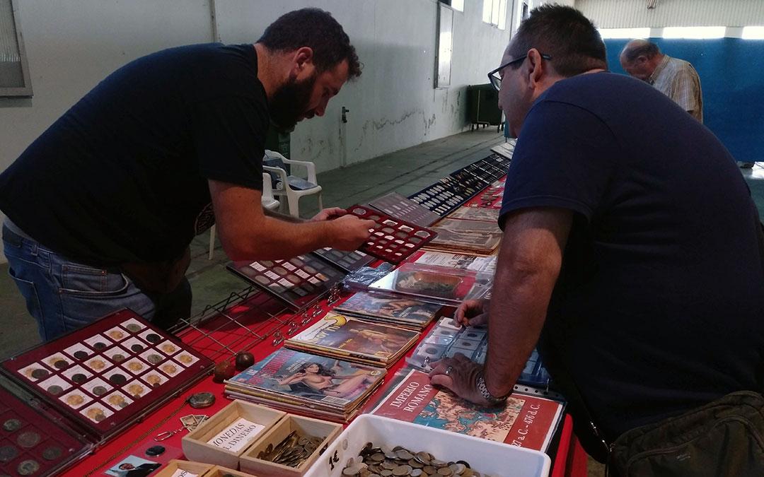 Son muchos los artículos que pueden adquirirse en esta feria, como monedas o revistas de epoca./ A.M.