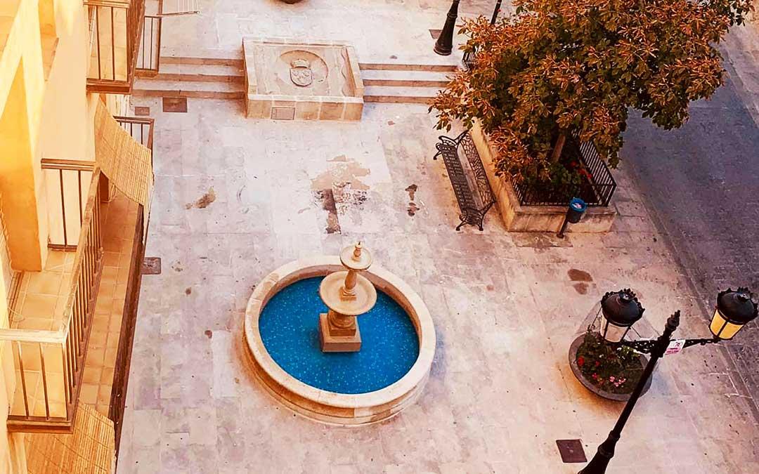 Imagen de la nueva fuente y el escudo renovados, en la plaza.