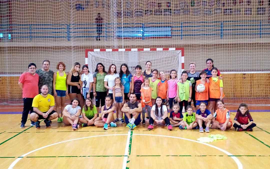 Varias de las deportistas durante uno de los entrenamientos en el pabellón andorrano./ Nicolás Escudero