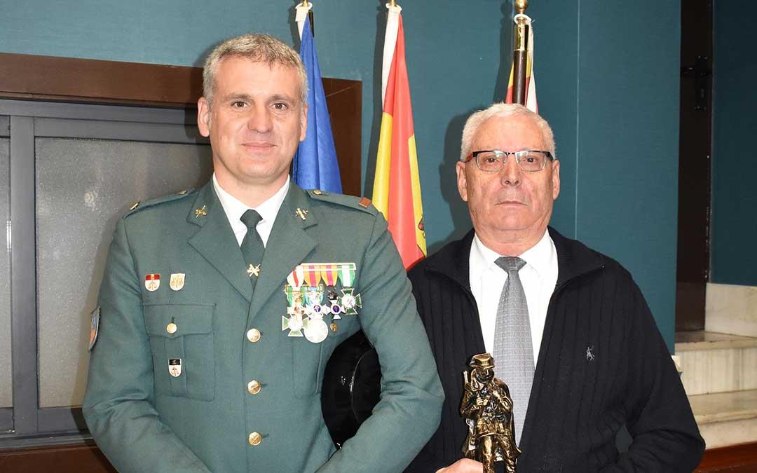 Manuel Losilla Morer y Manuel Losilla Polo, padre e hijo, durante el acto de la Guardia Civil.