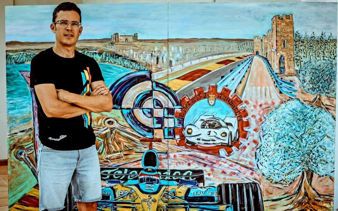 Ignacio Pérez junto a 'Engranaje Perfecto', un cuadro en el que la historia y la pasión por el motor se unen para generar fuerza y movimiento dando paso al actual Motorland. I.P.