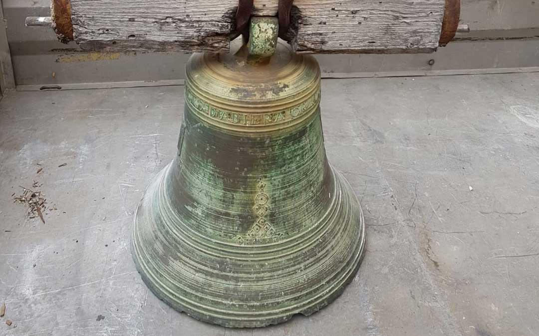 Detalle de la campana una vez en la plaza de Jatiel y que lleva grabado el nombre María Francisca 'Jabiera' y el año 1804. / J. Gómez