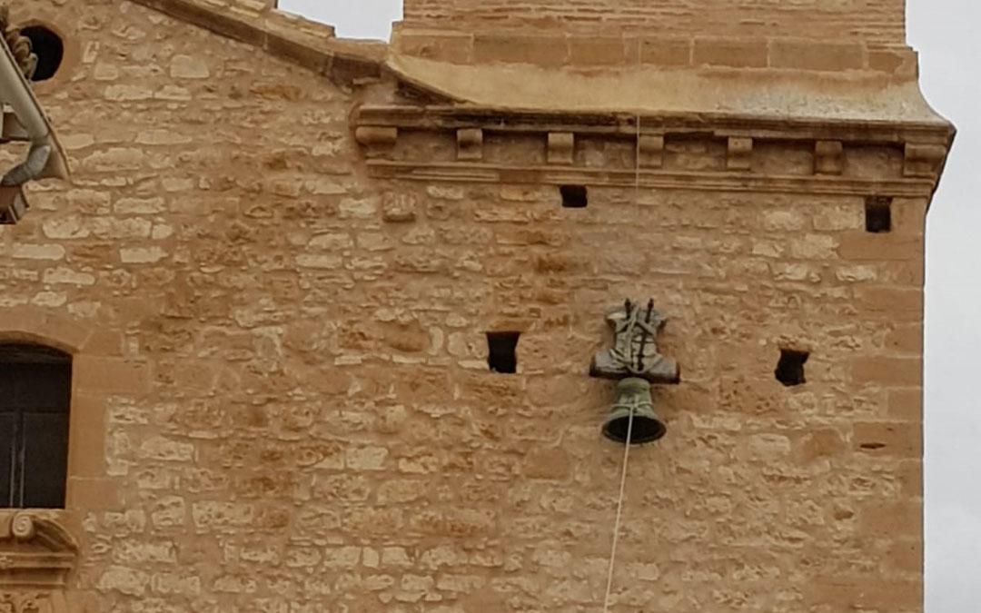 Momento de bajar la campana del campanario en Jatiel. / J. Gómez