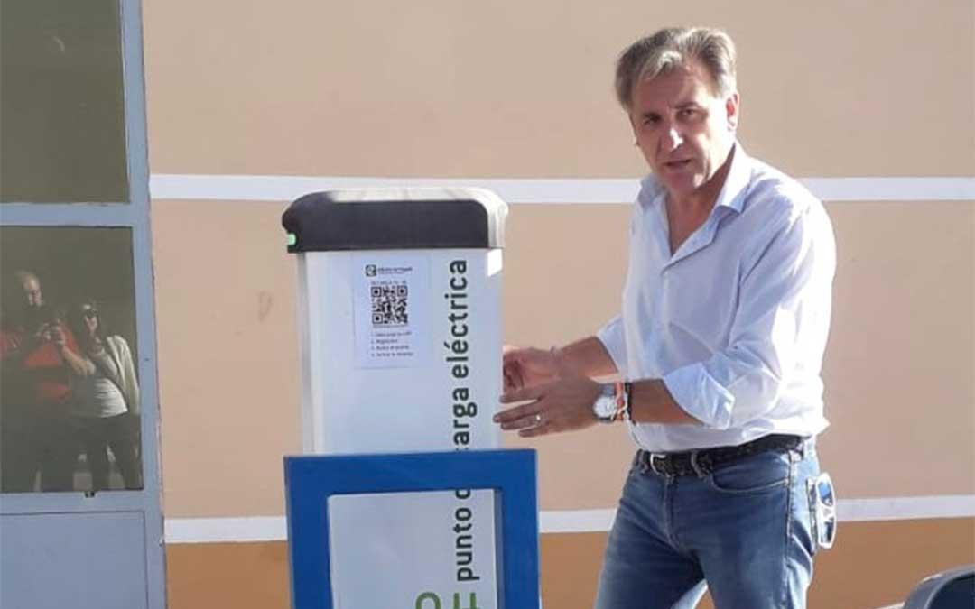 El alcalde de Utrillas, Joaquín Moreno, junto al recién instalado poste./ Ayuntamiento de Utrillas