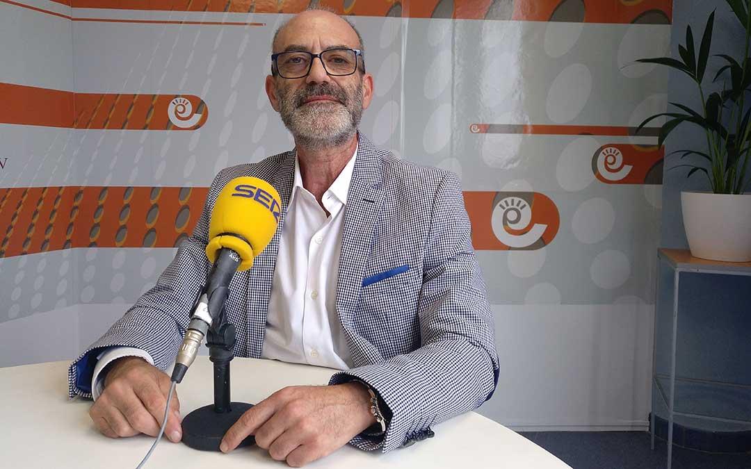José Antonio Pedrós en el estudio de Radio La Comarca.