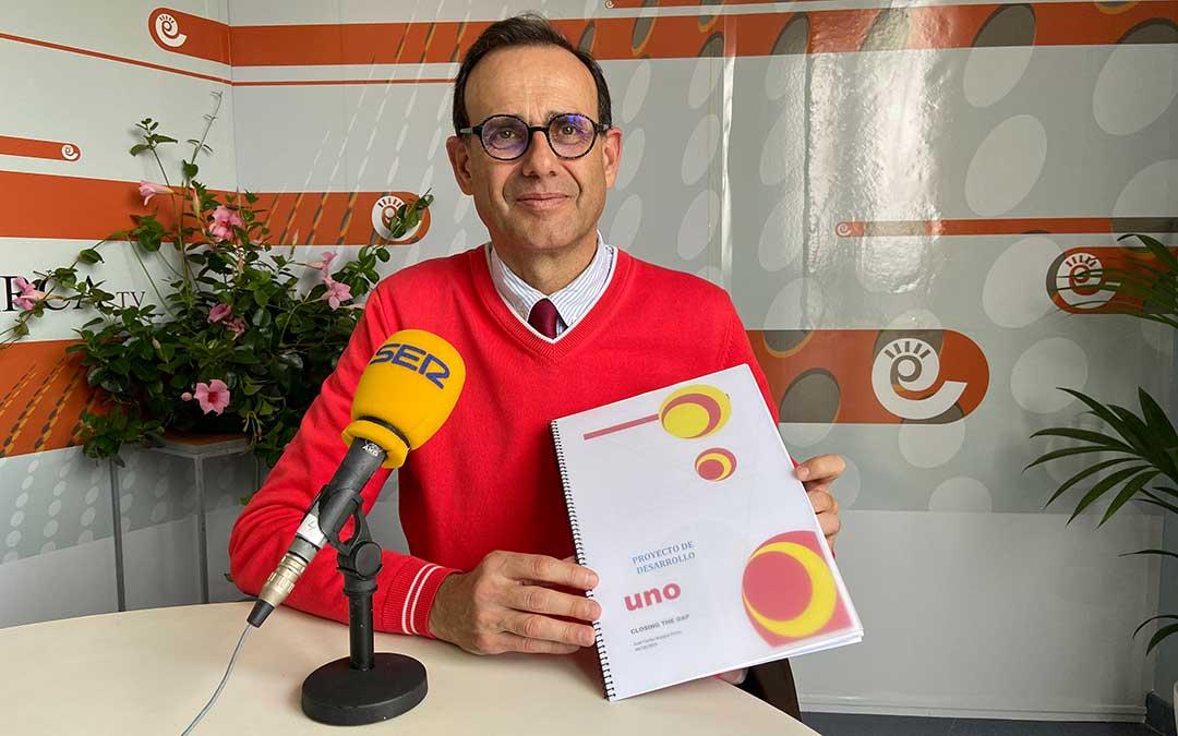 Juan Carlos Bosque junto al estudio presentado.