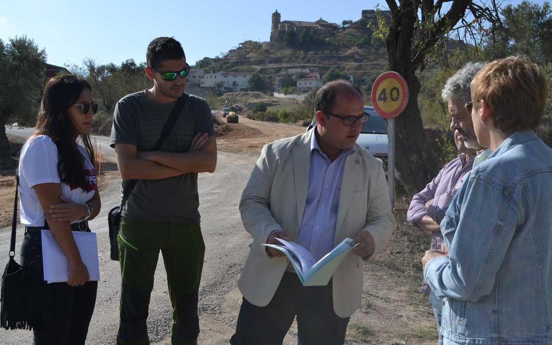 El vicepresidente de la DPT, Alberto Izquierdo, en su visita a las obras de mejora de la carretera de acceso a La Fresneda
