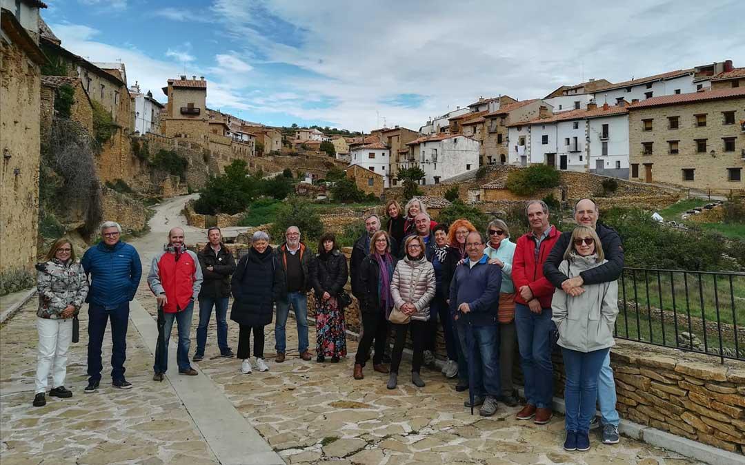 Una de las visitas guiadas en grupo del pasado fin de semana en un día otoñal recorriendo las calles de La Iglesuela del Cid. / Turismo La Iglesuela