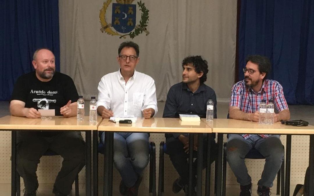 Pedro Arrabal, Antonio Moragriega, Miguel Ganzo y el alcalde Pedro Bello, en la presentación que arropó el Club de Lectura y que el autor aderezó con canciones alusivas al relato y que se pueden escuchar en su página web. / La Comarca
