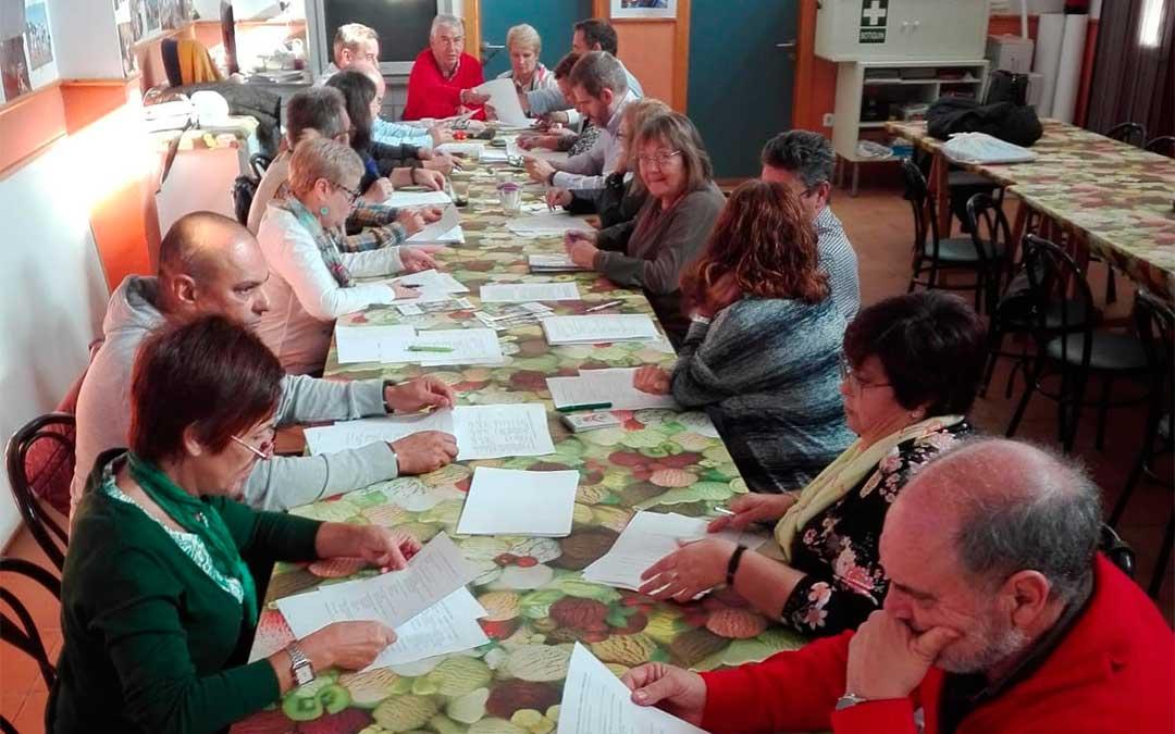 Reunión celebrada por los tres ayuntamientos y las asociaciones Las Cañas y Down Huesca este sábado en Fonz.