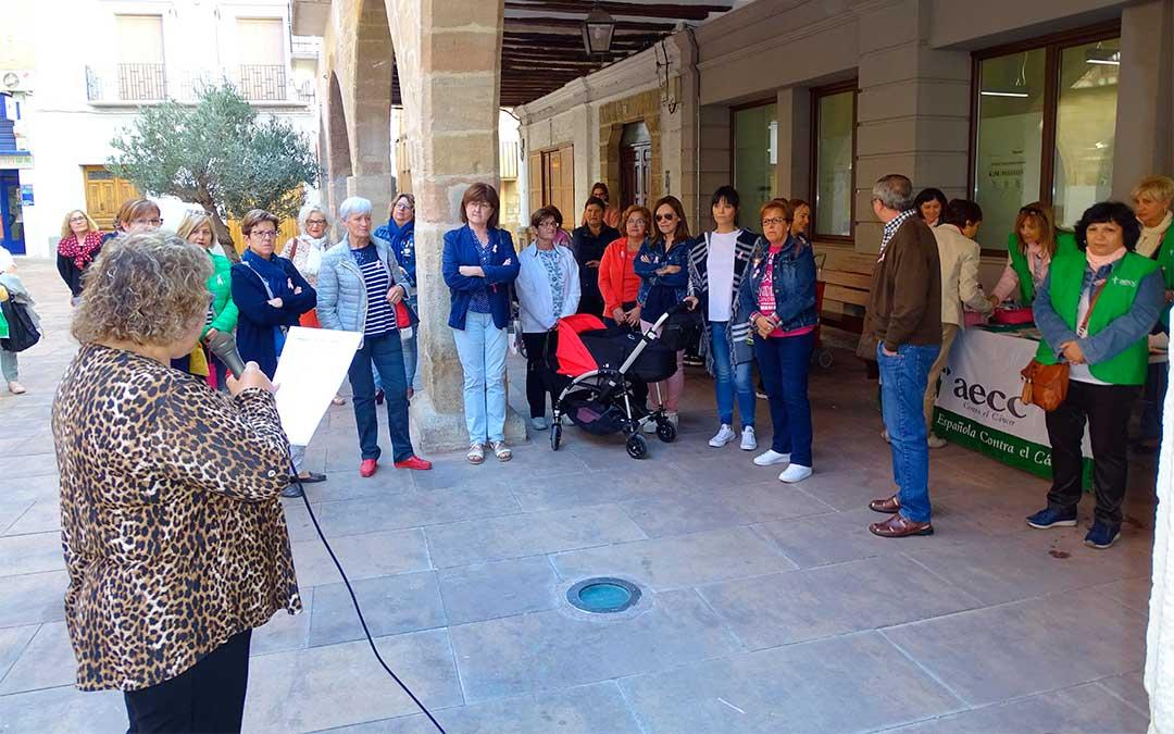 Lectura del manifiesto de AECC en Alcorisa por el Día Mundial Contra el Cáncer de Mama./ Ayuntamiento de Alcorisa