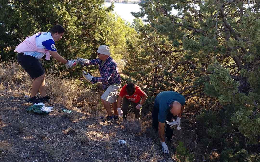 Vecinos de todas las edades colaboraron para recoger la mayor cantidad de residuos posible./ Alicia Martín