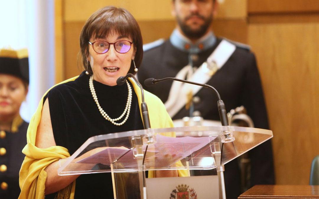 Carmen Magallón, en la pronunciación de su discurso como Hija Adoptiva de Zaragoza. / Ayuntamiento de Zaragoza