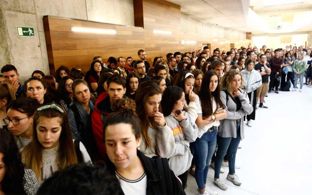 Profesores y compañeros del estudiante zaragozano de Erasmus fallecido guardan un minuto de silencio en la Facultad de Educación.