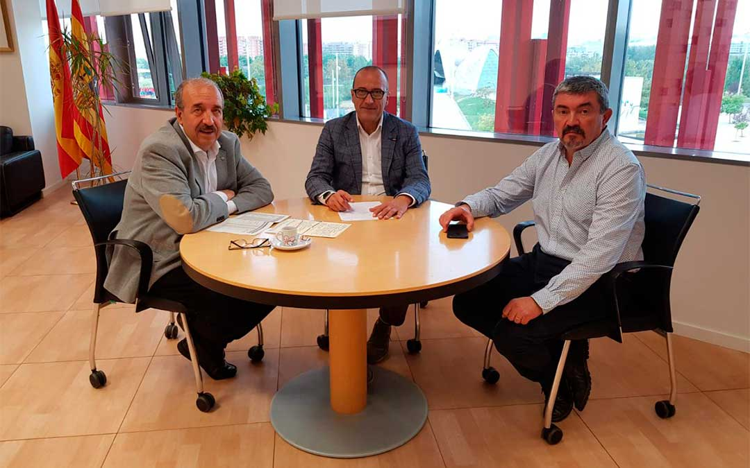 El presidente de la DPT, Manuel Rando, y el consejero de Educación, Felipe Faci, en una reunión el lunes para abordar temáticas en materia educativa.