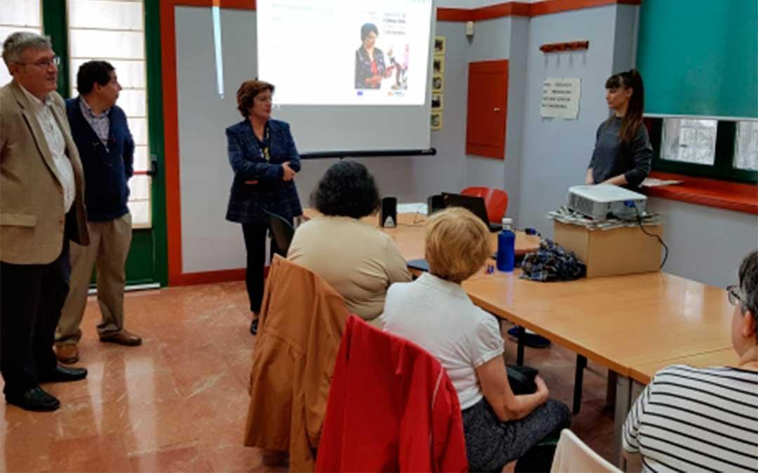 La consejera María Victoria Broto ha visitado la primera sesión de este curso en el Hogar de Mayores de Delicias./ DGA