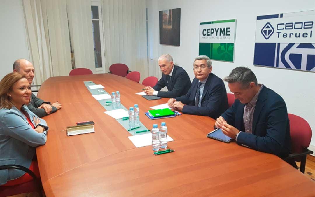 Mayte Pérez en la reunión con los empresarios turolenses./ DGA