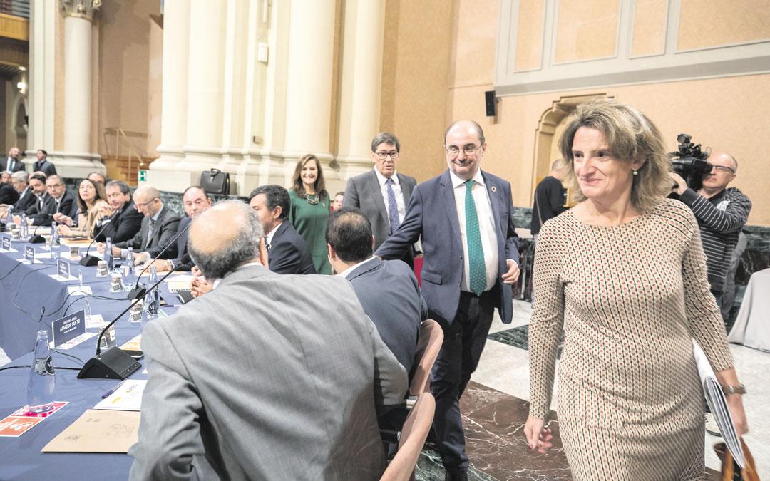 Ribera, Lambán, Aliaga y Sánchez pasan delante de Rando, Amador y Noé para tomar sitio en la reunión. Guillermo Mestre / Heraldo