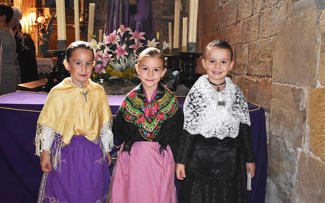 Tres niñas durante la celebración de la Ofrenda de Flores en Caspe.