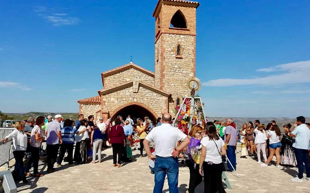 La Ofrenda de Flores en Fayón tuvo lugar a lo alto, en la Ermita del Pilar.