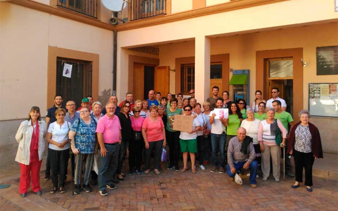 En Oliete, los vecinos han salido a la calle 5 minutos por la España vaciada.