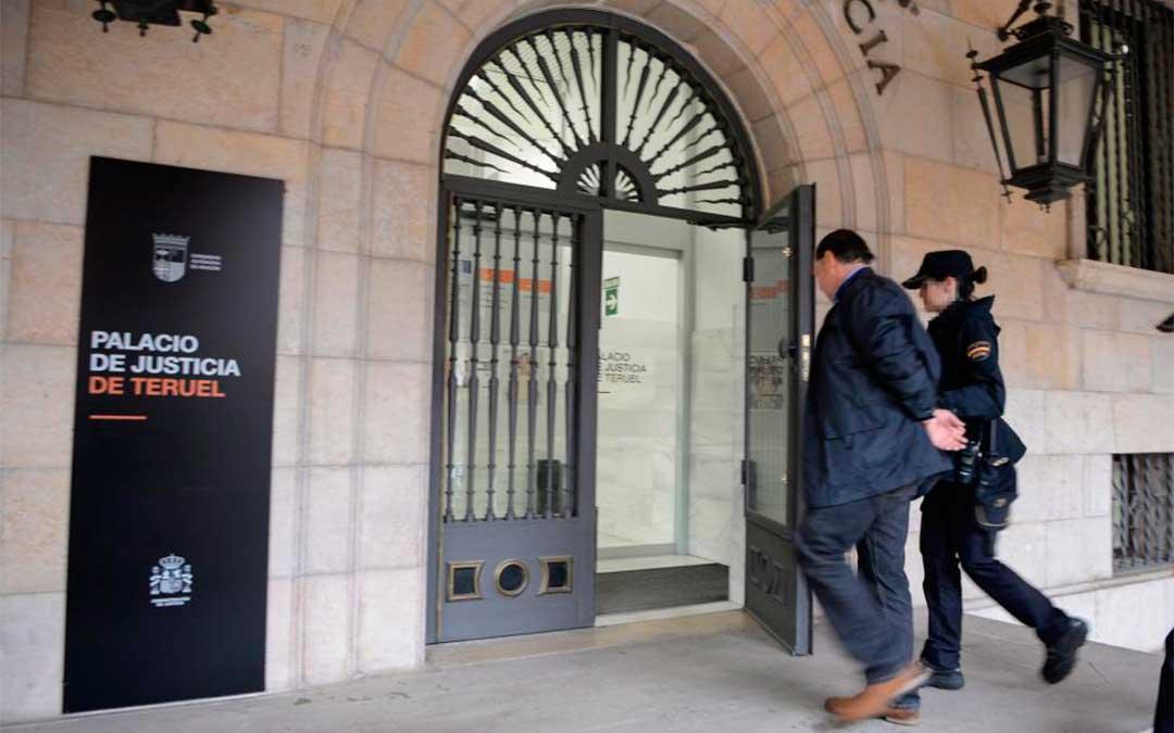 El acusado, que cumple prisión preventiva, llegó a la Audiencia de Teruel esposado./ Jorge Escudero