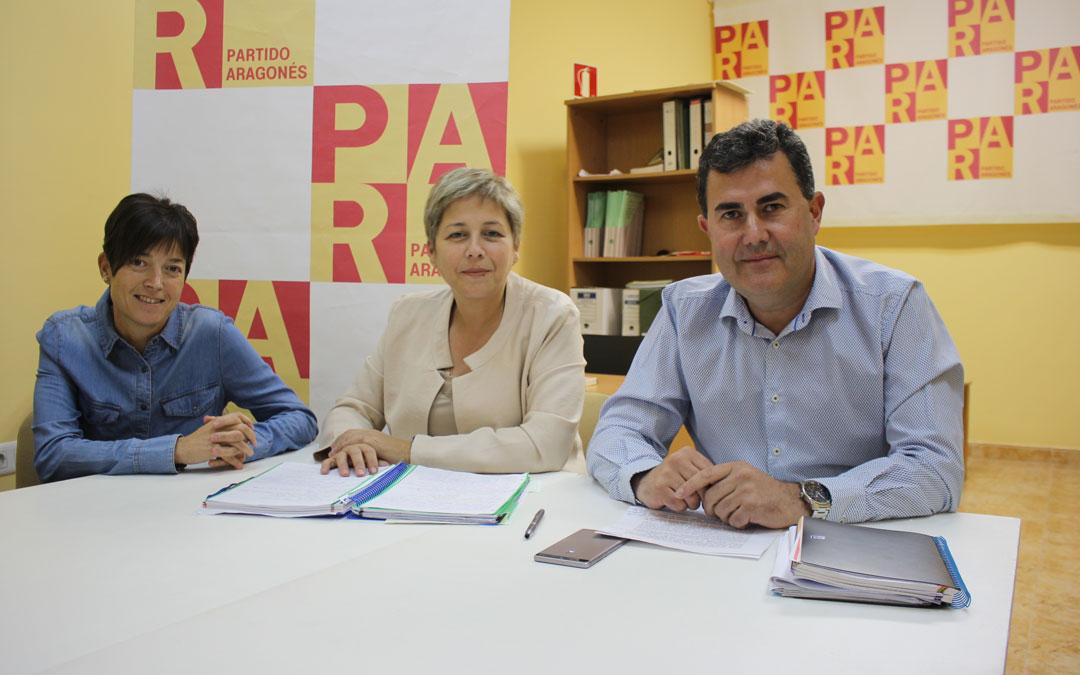 Foto de archivo de los concejales del PAR Beatriz Altaba, Berta Zapater y Eduardo Orrios, en rueda de prensa / L. Castel