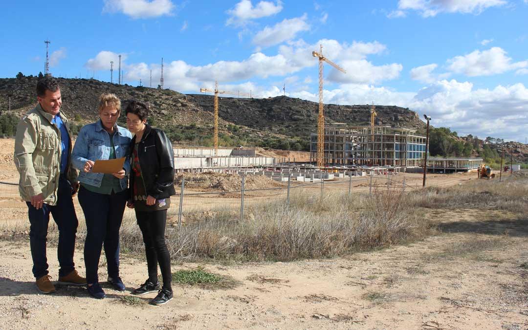 Los concejales del PAR Eduardo Orrios, Berta Zapater y Beatriz Altaba; este jueves, en las obras del nuevo Hospital, que no avanzan desde hace meses.