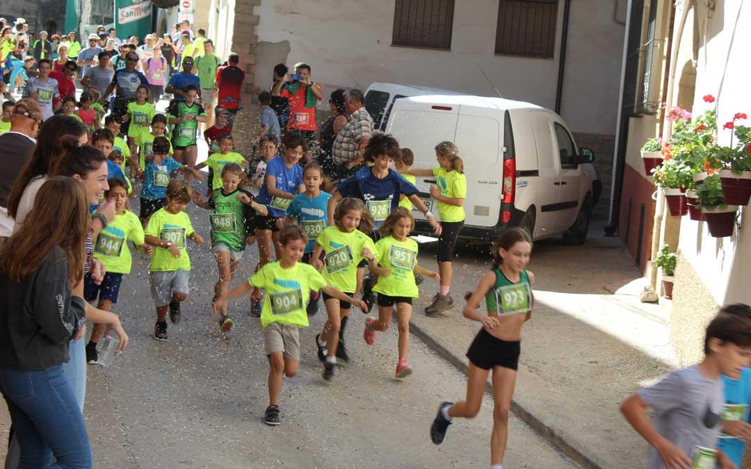 Salida del Mini Trail desde la plaza con los niños y niñas en cabeza. / B. Severino
